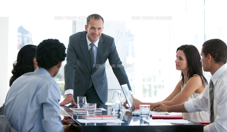 Business people studying a new plan in a meetingの素材 [FYI00482130]