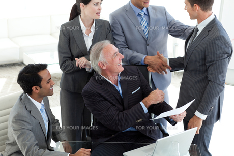 Businessman closing a deal after studying a contractの写真素材 [FYI00482131]