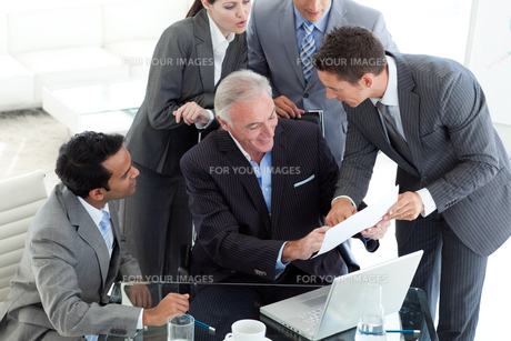 Young businessman showing sales report to his managerの写真素材 [FYI00482133]