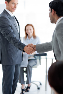 Businessmen greeting each other at a job interviewの写真素材 [FYI00482143]