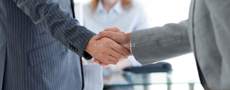 Close up of businessmen shaking handsの写真素材 [FYI00482144]