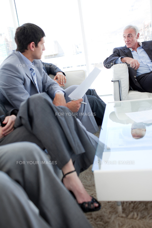 Business people discussing in a waiting roomの素材 [FYI00482149]
