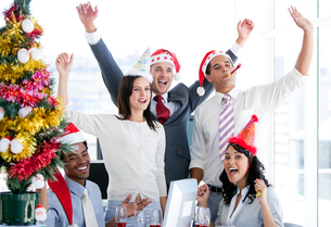 Nice business team punching the air to celebrate christmasの写真素材 [FYI00482180]