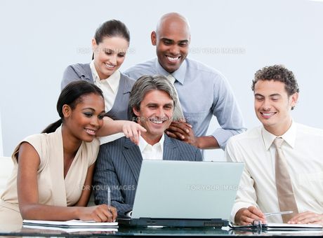 Joyful internationnal Business team looking at the laptopの写真素材 [FYI00482181]