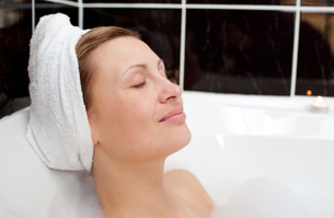 Bright woman relaxing in a bubble bathの素材 [FYI00482182]