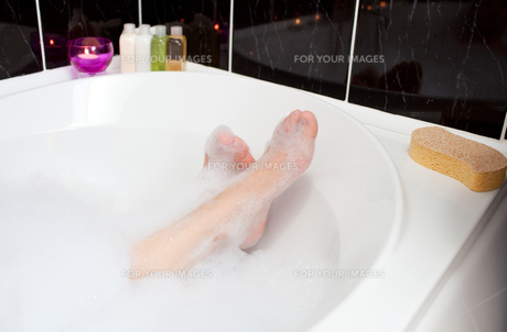 Womans feet in a bubble bathの写真素材 [FYI00482183]