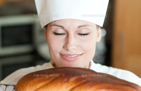 Radiant female chef baking breadの写真素材 [FYI00482184]