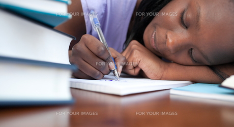 Close up of a tired teen girl studyingの写真素材 [FYI00482197]
