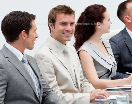 Attractive businessman smiling in a meetingの写真素材 [FYI00482230]