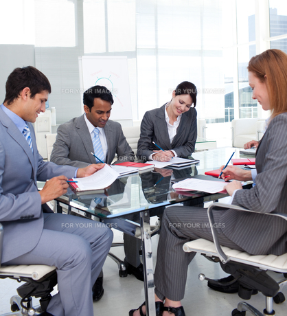 Business people discussing a new strategyの写真素材 [FYI00482252]