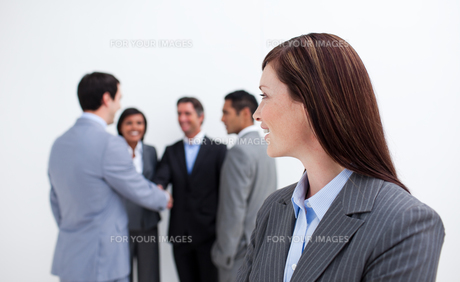 Attractive female executive looking at her teamの写真素材 [FYI00482261]