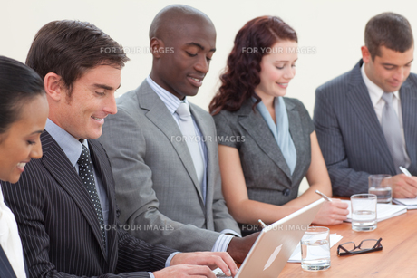 Business people taking notes and using a laptopの写真素材 [FYI00482285]