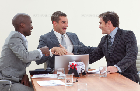 Three businessmen in a meeting celebrating a successの素材 [FYI00482286]