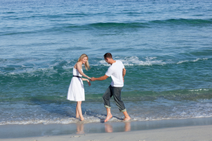 Loving couple having fun at the shore lineの写真素材 [FYI00482287]