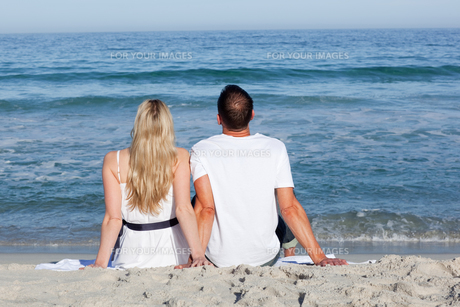 Couple sitting on the sandの写真素材 [FYI00482289]