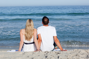 Couple sitting on the sandの写真素材 [FYI00482289]