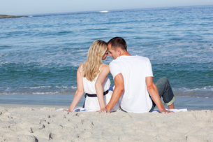 Lovers sitting on the sandの写真素材 [FYI00482290]