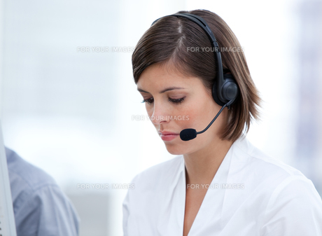 Portrait of a brunette customer agent at workの写真素材 [FYI00482297]