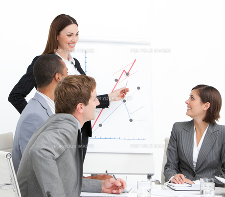 Confident woman doing a presentationの写真素材 [FYI00482298]