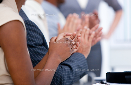 Ambitious business team applauding in a meetingの写真素材 [FYI00482302]