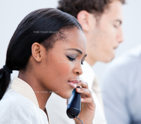 Concentrated businesswoman talking on phoneの写真素材 [FYI00482304]