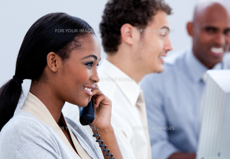 Positive businesswoman talking on phoneの写真素材 [FYI00482305]