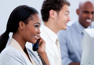 Positive businesswoman talking on phoneの写真素材 [FYI00482305]