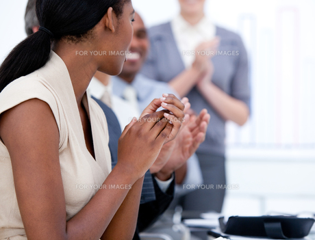 Happy business team applauding in a meetingの写真素材 [FYI00482307]