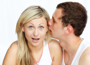 Man telling a woman a secretの写真素材 [FYI00482309]