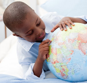 Small boy looking at a Globeの素材 [FYI00482316]