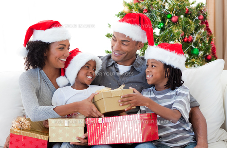 Family celebrating Christmas at homeの写真素材 [FYI00482324]