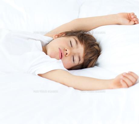Portrait of a beautiful little boy sleepingの写真素材 [FYI00482326]