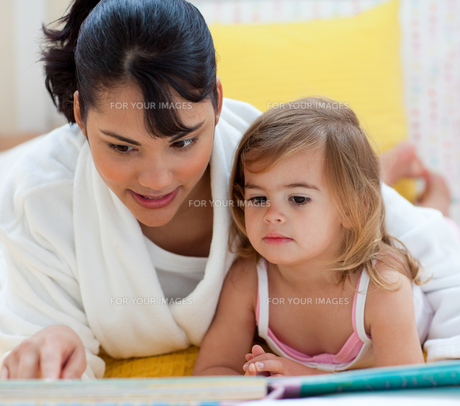 Little girl and her mother readingの写真素材 [FYI00482329]