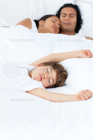Parents and their son sleeping on the bedの写真素材 [FYI00482330]