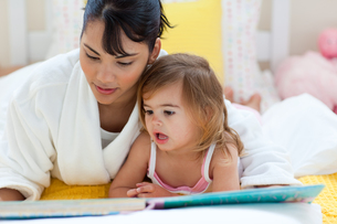 Attentive mother reading with her little girlの写真素材 [FYI00482332]