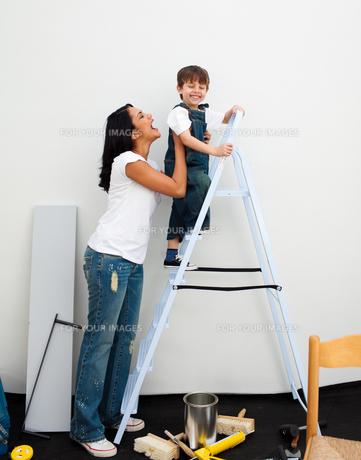 Adorable little boy climbing a ladderの写真素材 [FYI00482336]