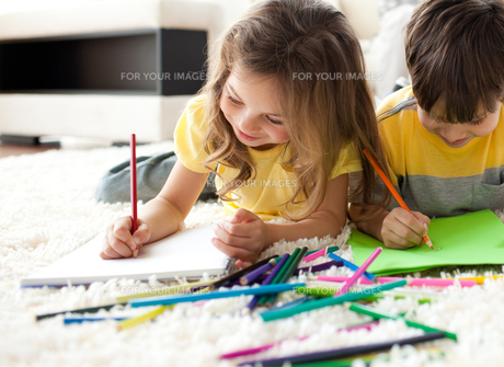 Close up of children drawing lying on the floorの写真素材 [FYI00482344]