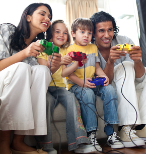 Lively family playing video gameの写真素材 [FYI00482346]