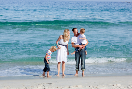 Animated family walking on the sandの写真素材 [FYI00482357]