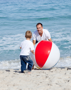 Jolly father and his son playing with a ballの写真素材 [FYI00482358]