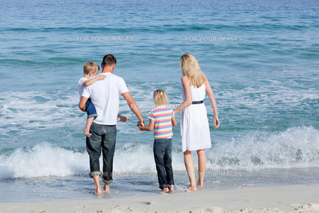 Happy family walking on the sandの写真素材 [FYI00482360]
