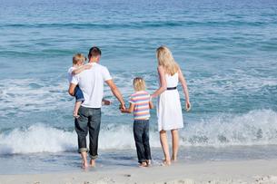 Happy family walking on the sandの写真素材 [FYI00482360]