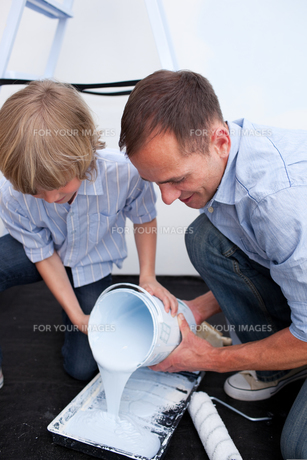 Happy father and his son preparing paintの写真素材 [FYI00482364]