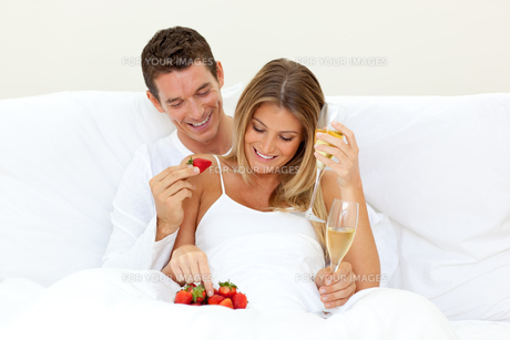 Lovers drinking Champagne with strawberriesの素材 [FYI00482383]