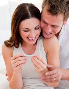 Joyful couple finding out results of a pregnancy testの写真素材 [FYI00482388]
