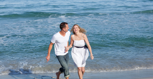 Happy lovers having fun at the seasideの写真素材 [FYI00482398]