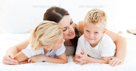 Cute blond boy with his sister and his motherの写真素材 [FYI00482401]