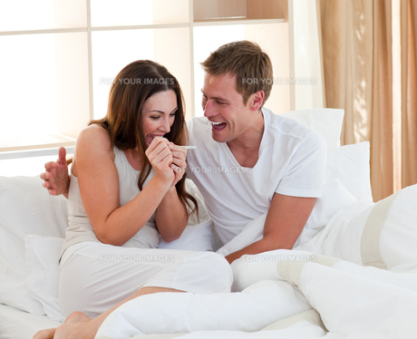 Cheerful couple finding out results of a pregnancy testの写真素材 [FYI00482412]
