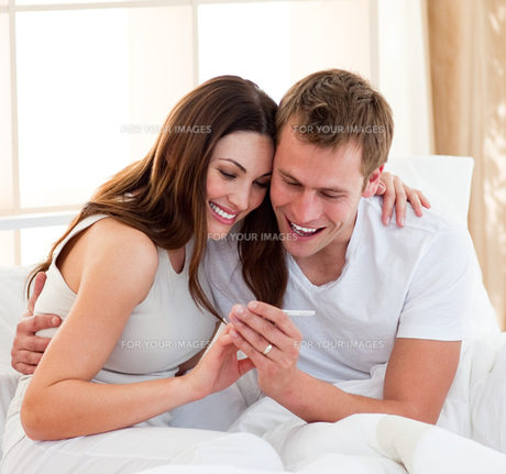 Joyful couple finding out results of a pregnancy testの写真素材 [FYI00482413]