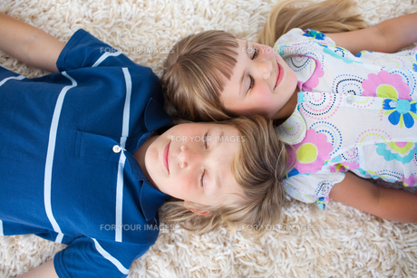 Cute siblings lying on the floorの写真素材 [FYI00482417]